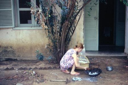 Brochettes devant notre `case` du Béguinage