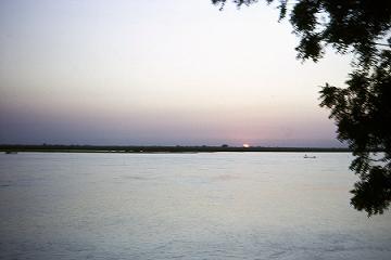 Coucher de soleil sur le Logone, fleuve irrégulier qui coule ici à plein régime