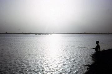 pêche à la ligne au soleil couchant